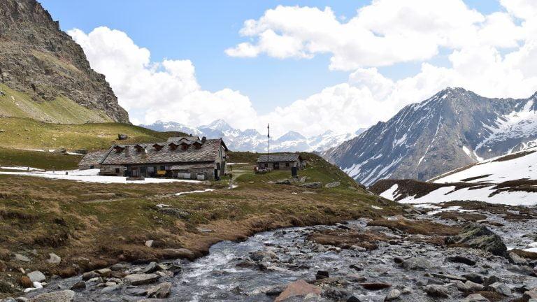 Il rifugio Vittorio Sella, davanti al Grand Paradiso