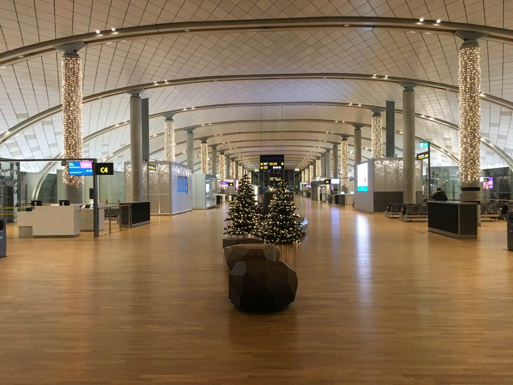 Aeroporto di Oslo addobbato con le decorazioni natalizie.