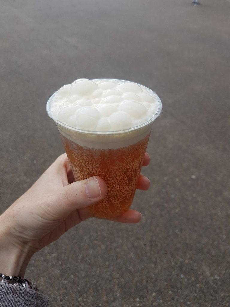 Un bicchiere di Burrobirra, la bevanda dei maghi: si può prendere presso il bar interno dei Warner Bros Studios.