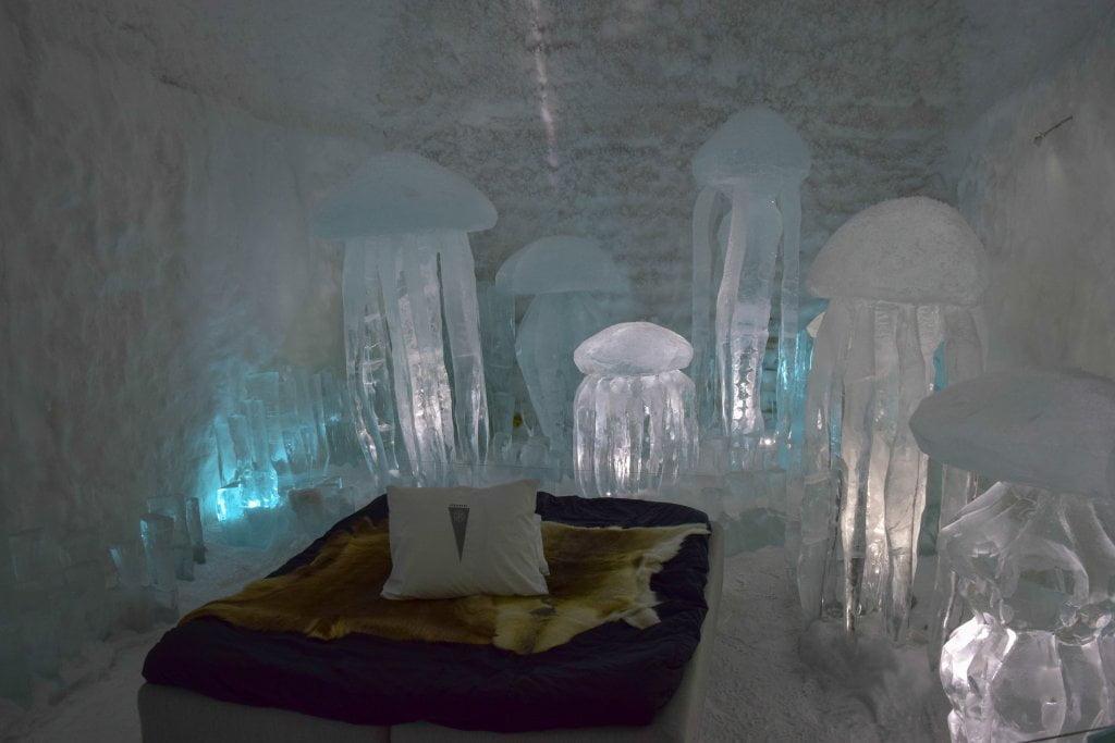 """Una delle camere """"artistiche"""" dell'Ice Hotel. Tante meduse ghiacciate attorno al letto."""