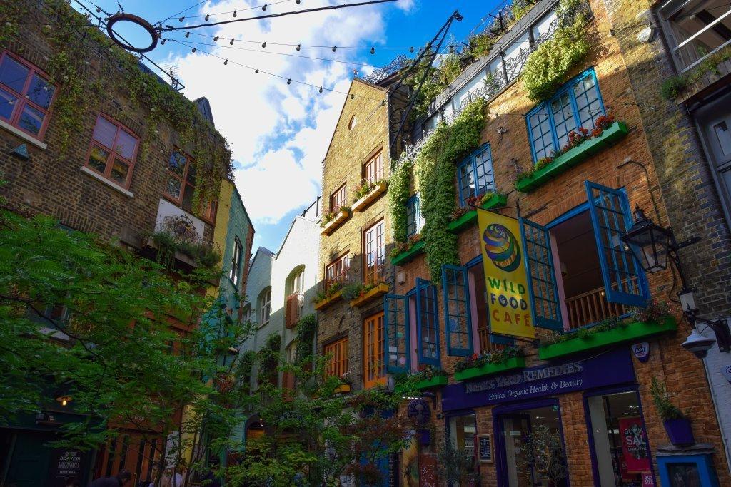 Neal's Yard tra colori e piante. Si trova a Covent Garden, un famoso quartiere di Londra.