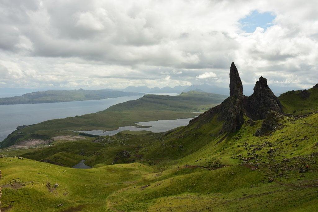 """Cosa vedere sull'isola di Skye: il paesaggio che offre l'Old Man of Storr, famosa """"attrazione"""" dell'isola di Skye."""