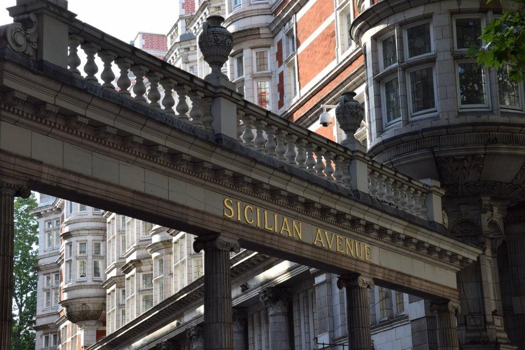 L'ingresso di Sicilian Avenue, una via di Londra.