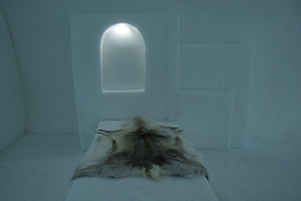 """Le pelli di renna che si trovano nelle camere dell'Ice Hotel per poter dormire """"al caldo""""."""