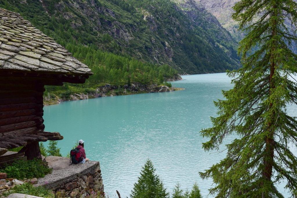 Una casetta di legno che si affaccia sul lago.