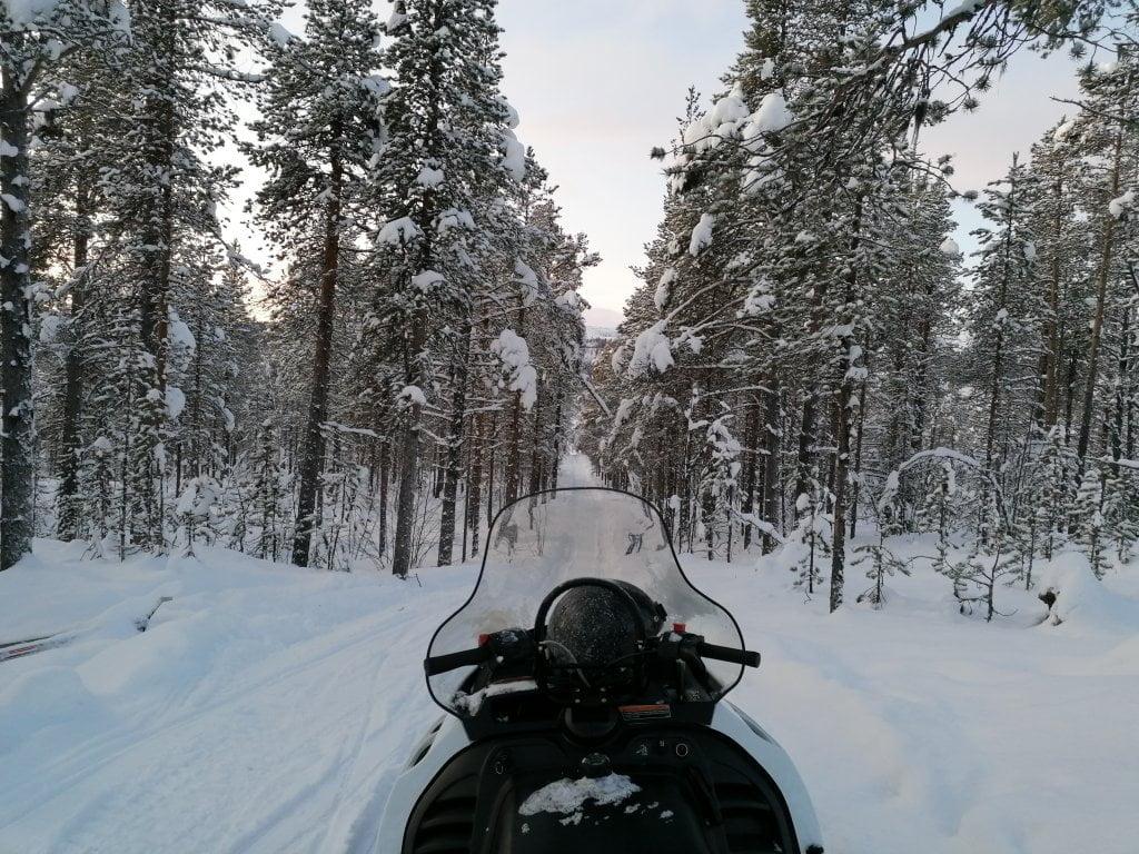 Il giro in motoslitta durante il Fun day, in una delle attività invernali in Lapponia.