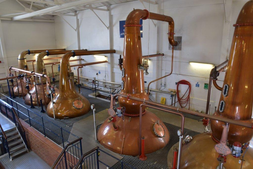 Processi di  produzione del whisky all'interno della distilleria Talisker.