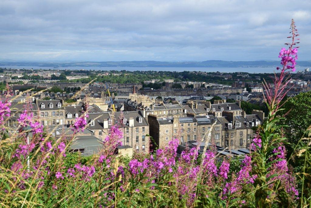 La vista della città di Edimburgo da Calton hill.