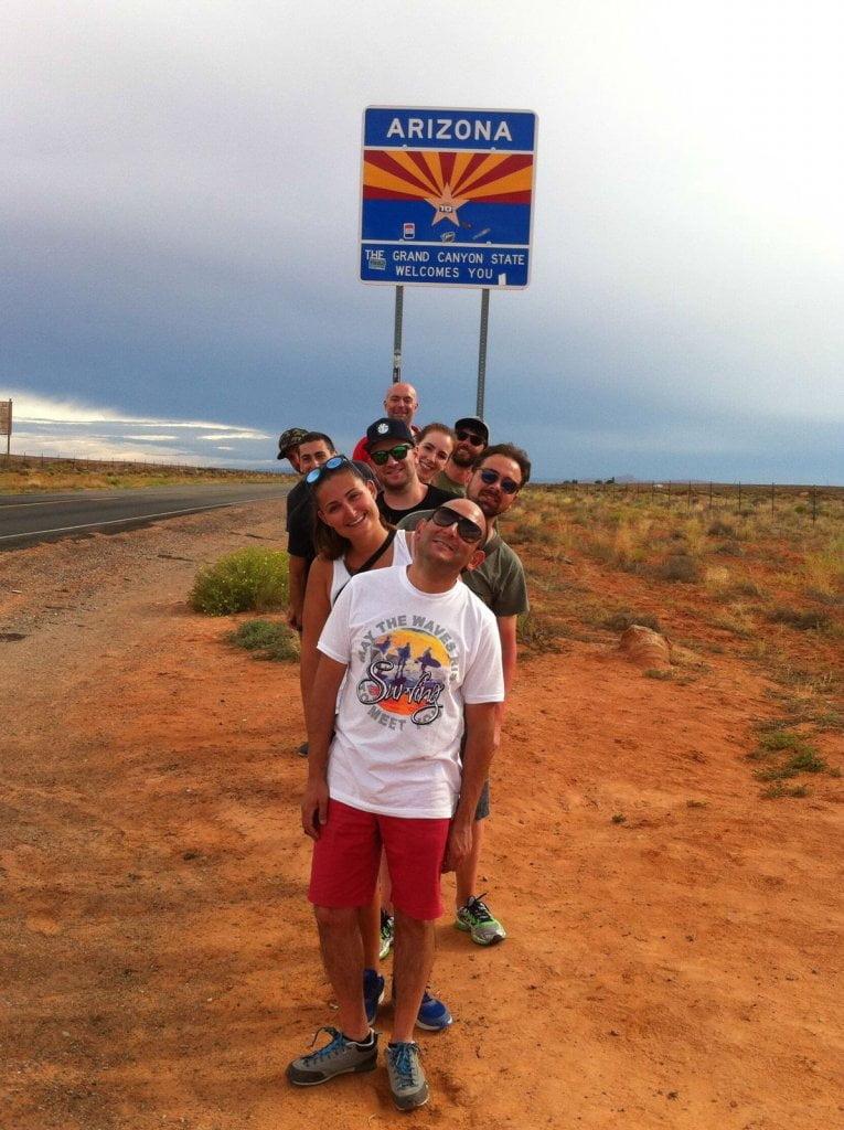 Foto di gruppo davanti al cartello Arizona.