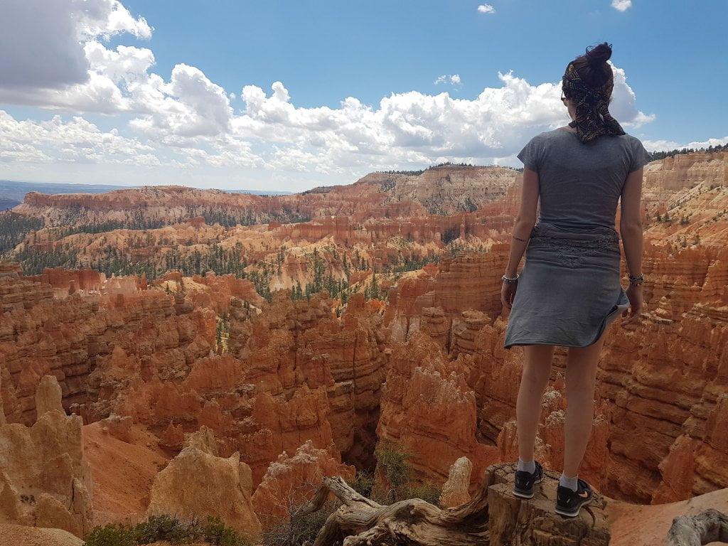 Road trip negli USA: Ciarly al Bryce Canyon, che guarda le particolari formazioni rocciose.