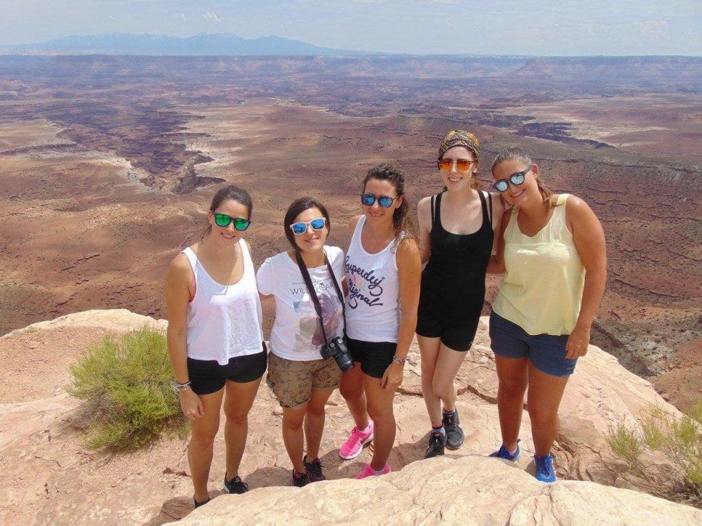 Foto di gruppo (5 ragazze) a Canyonlands.