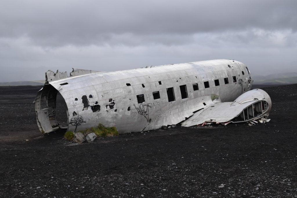 La parte posteriore dell'aereo abbandonato.