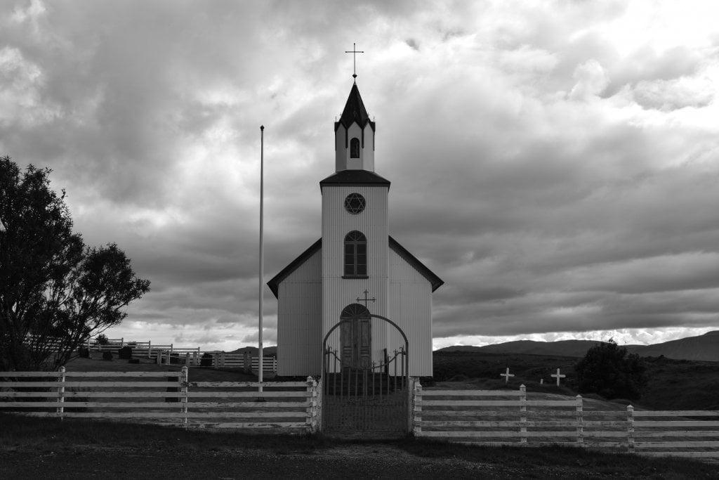 La chiesetta che si trova a fianco della collina Helgafell.