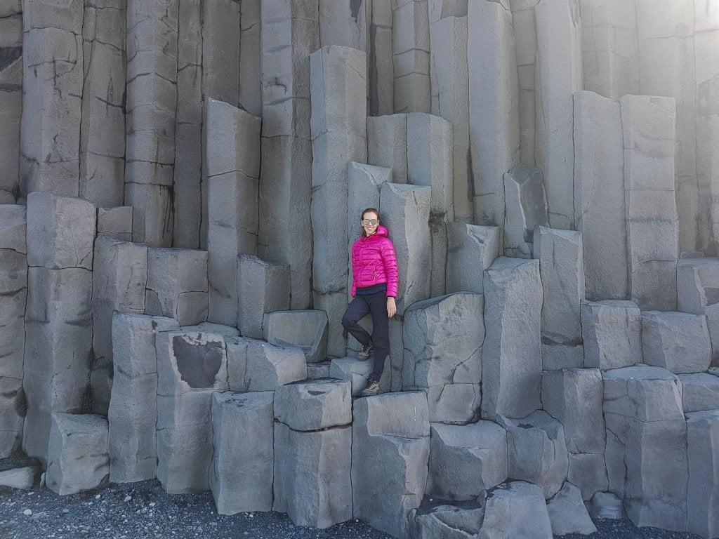 Prosegue il nostro viaggio in Islanda: Ciarly sulle colonne di basalto a Vik.