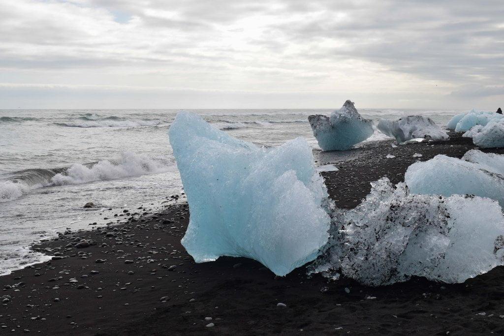 Ultima tappa del nostro viaggio in Islanda: alcuni icebergs sulla Diamond beach.