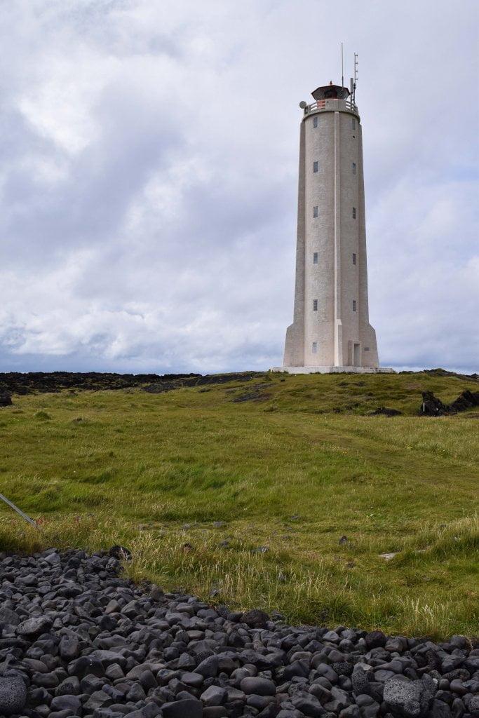 Cosa vedere in Islanda: il faro Malarrif, vicino alle scogliere.