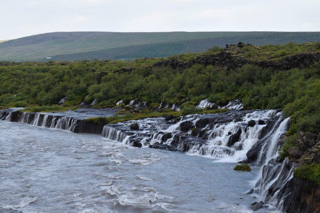 Cosa vedere in Islanda: le cascate di Hraunfossar.