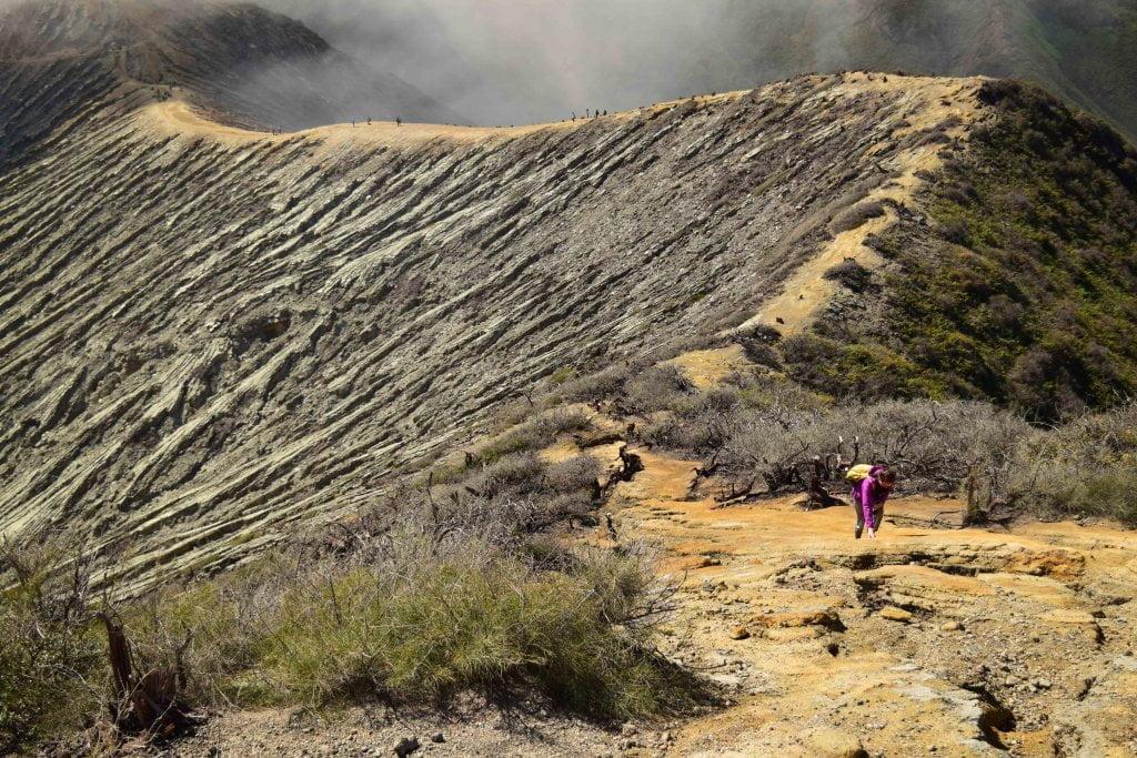 La salita per arrivare in cima al vulcano Ijen.