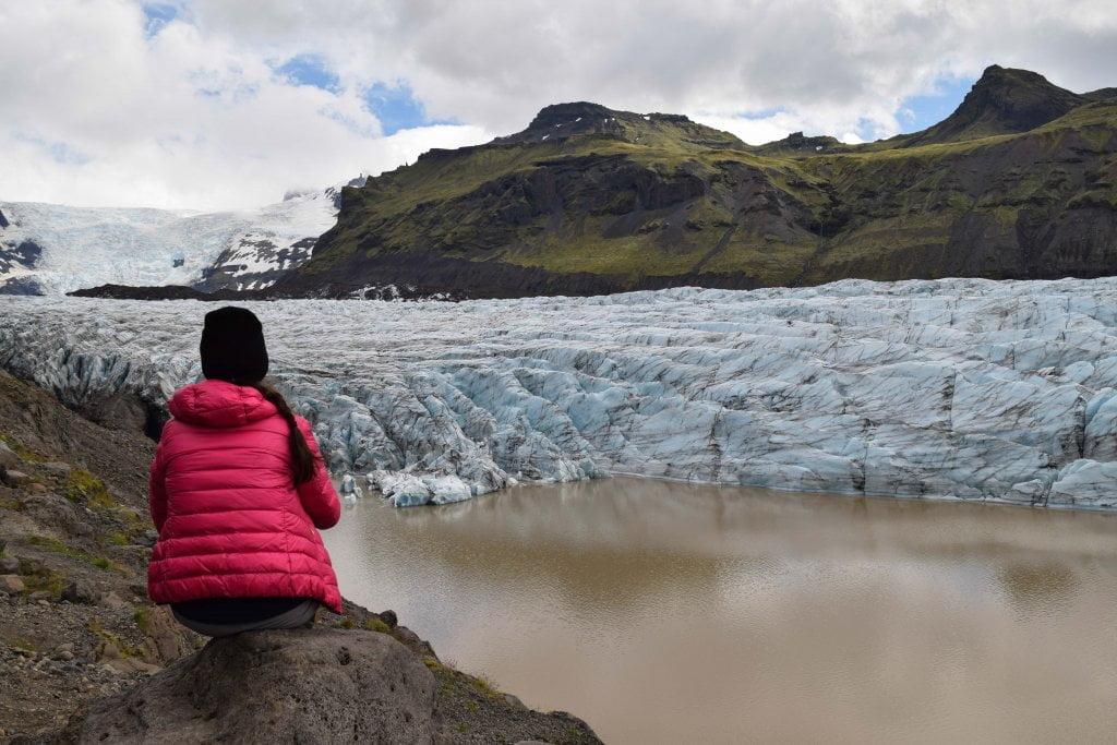 Viaggio in Islanda: Ciarly che osserva la lingua del ghiacciaio.