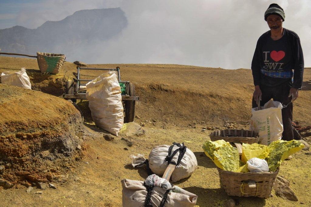 Uno dei tanti minatori di zolfo che abbiamo incontrato lungo il sentiero che porta al lago Ijen.