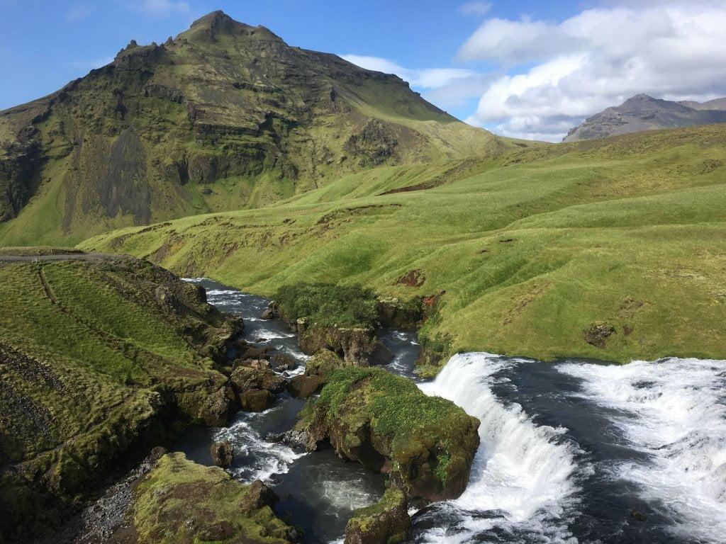 Il panorama che si vede salendo i gradini di fianco alla cascata Skogafoss.