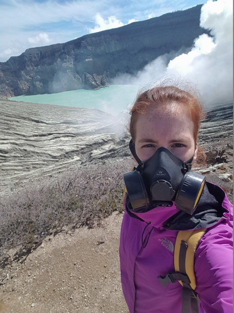 Ciarly con maschera antigas in cima al vulcano Ijen.