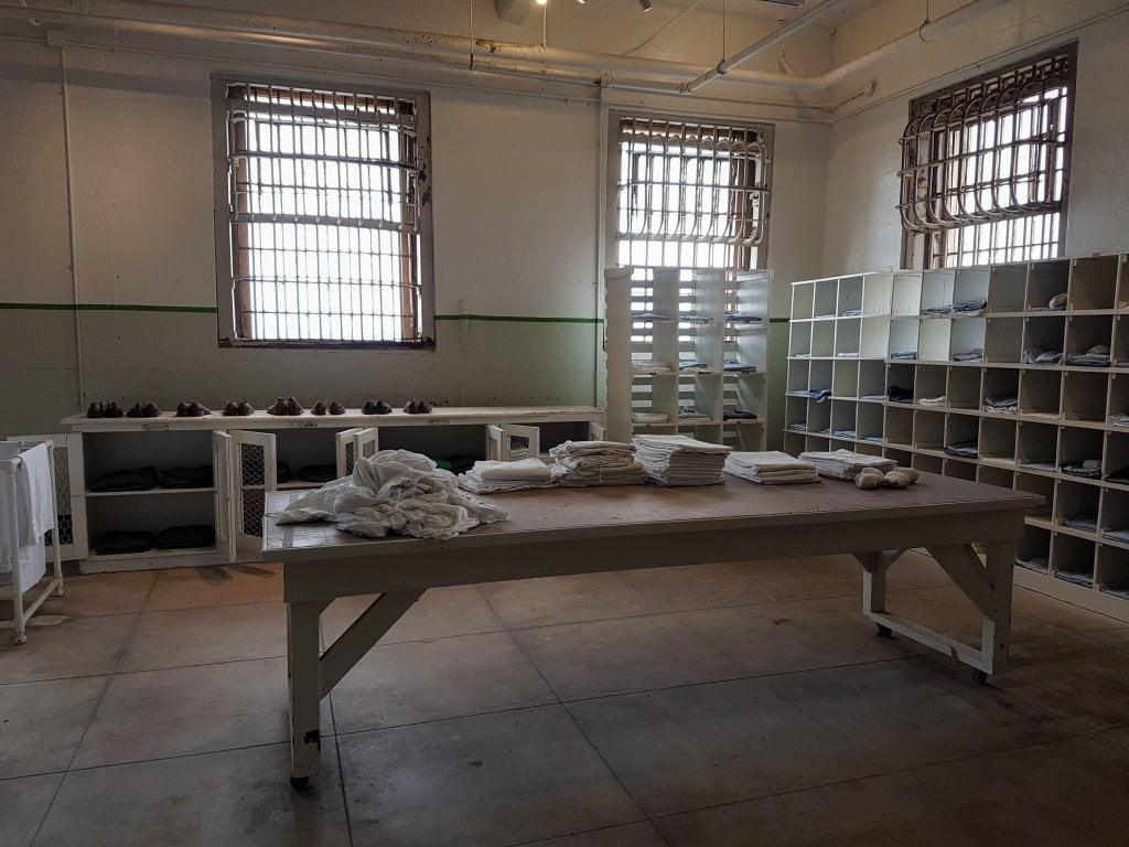 USA on the road: l'interno della prigione Alcatraz: smistamento dei vestiti.