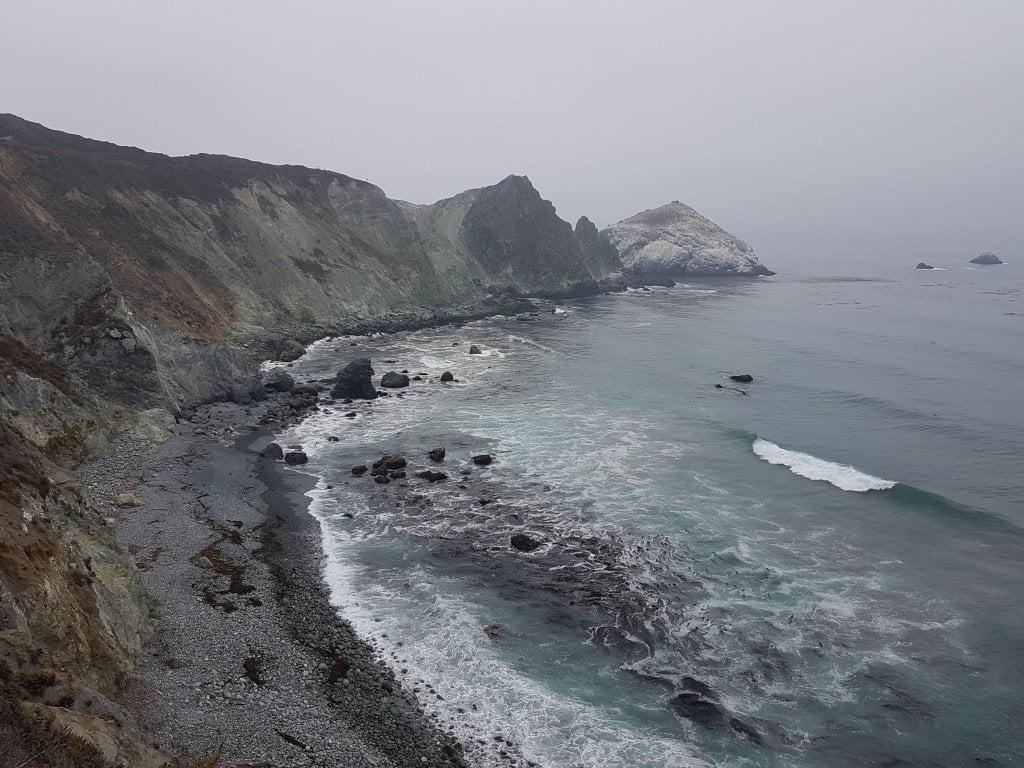 Lungo la Pacific Highway. Rocce a strapiombo sul mare.