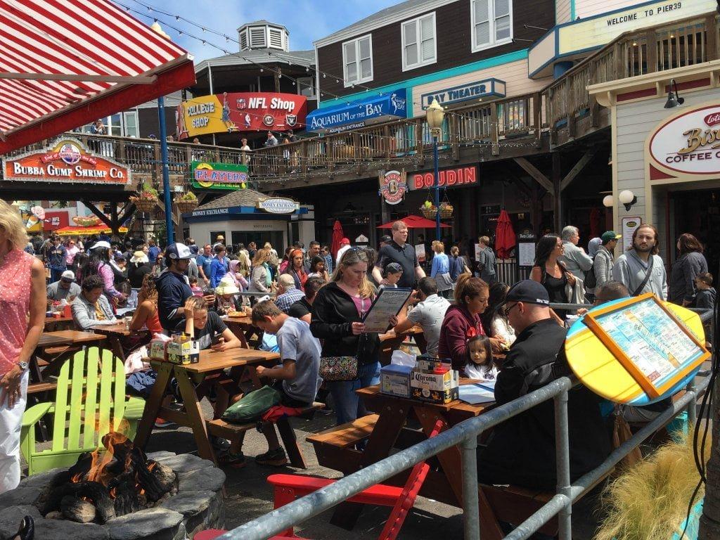 Pier 39 a San Francisco. I locali pieni di gente.