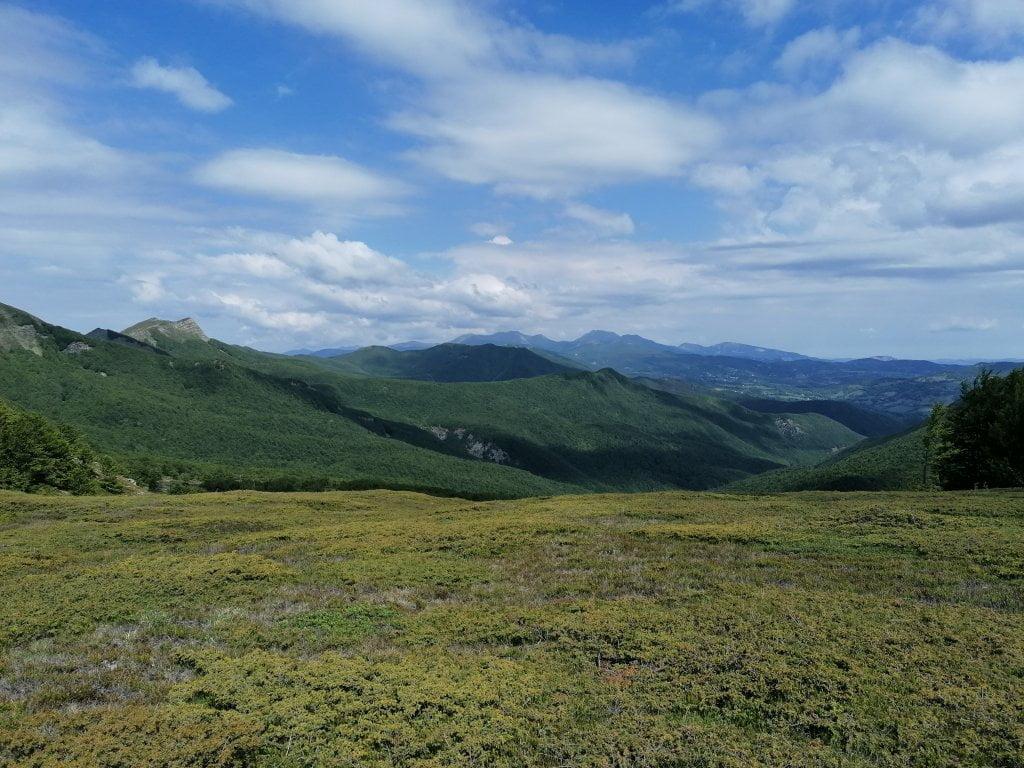 Una bella vista degli appennini lungo il sentiero che porta al monte Giovo