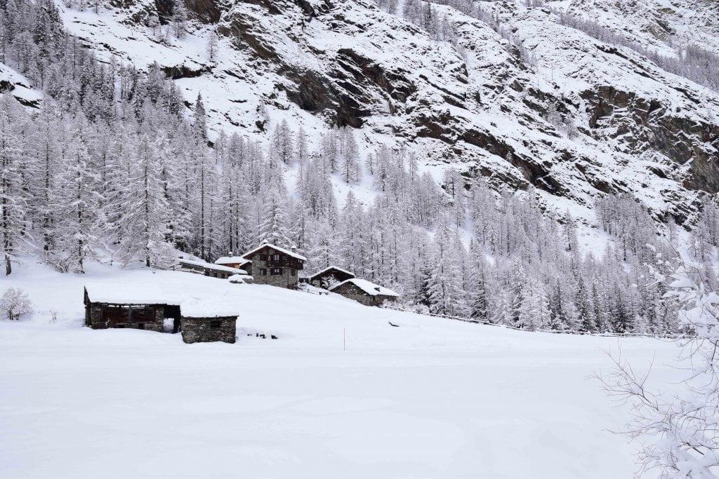 Valnontey in inverno con la neve.