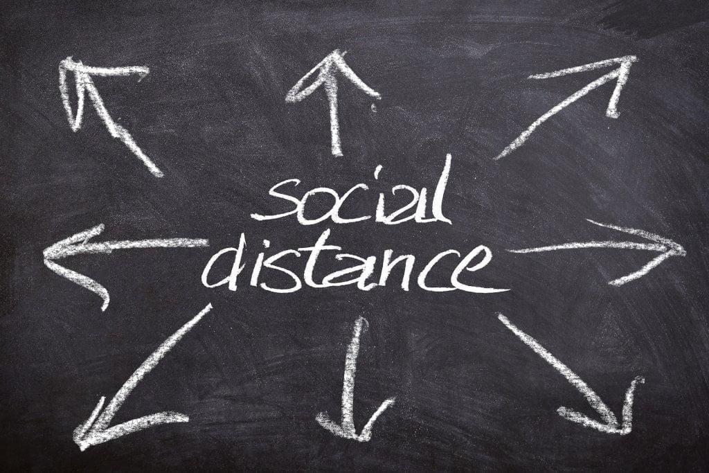 Viaggi in Europa: scritta social distance.