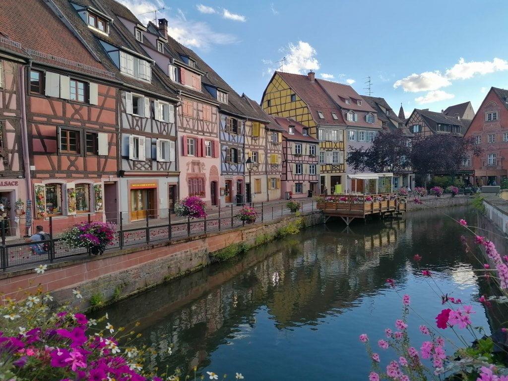 Little Venice a Colmar: case colorate, fiori e canale.