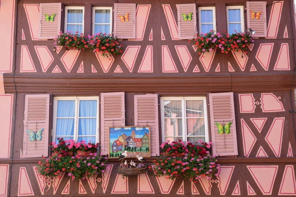 Una casa rosa nel centro di Colmar.