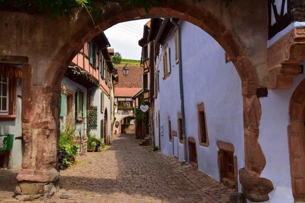 Viaggio in Alsazia: una stradina nel centro di Riquewhir.