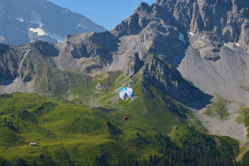 Le perle della Svizzera: parapendio a Mürren.