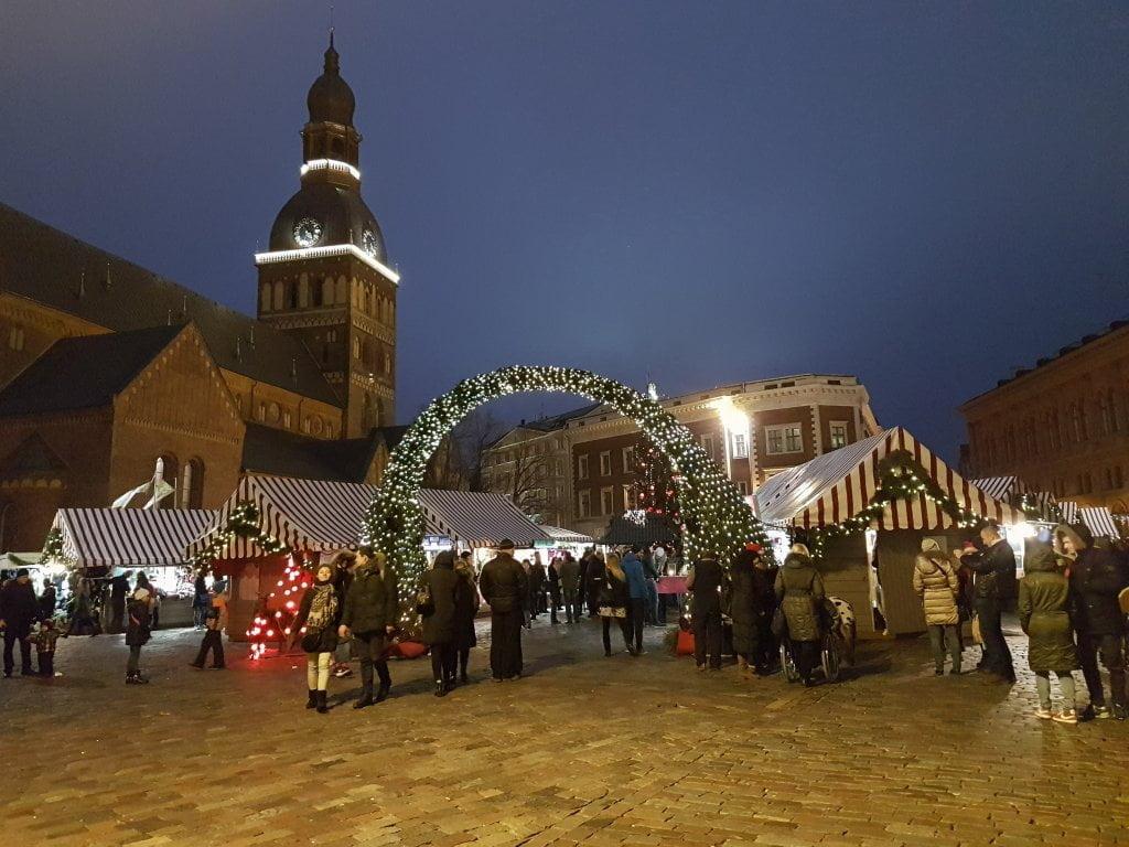La piazza della Cattedrale e il mercatino di Natale, Riga