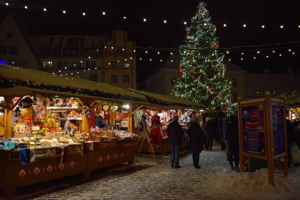 Viaggio a Riga, Tallinn, Helsinki: mercatino di Natale nella piazza principale (Tallinn)