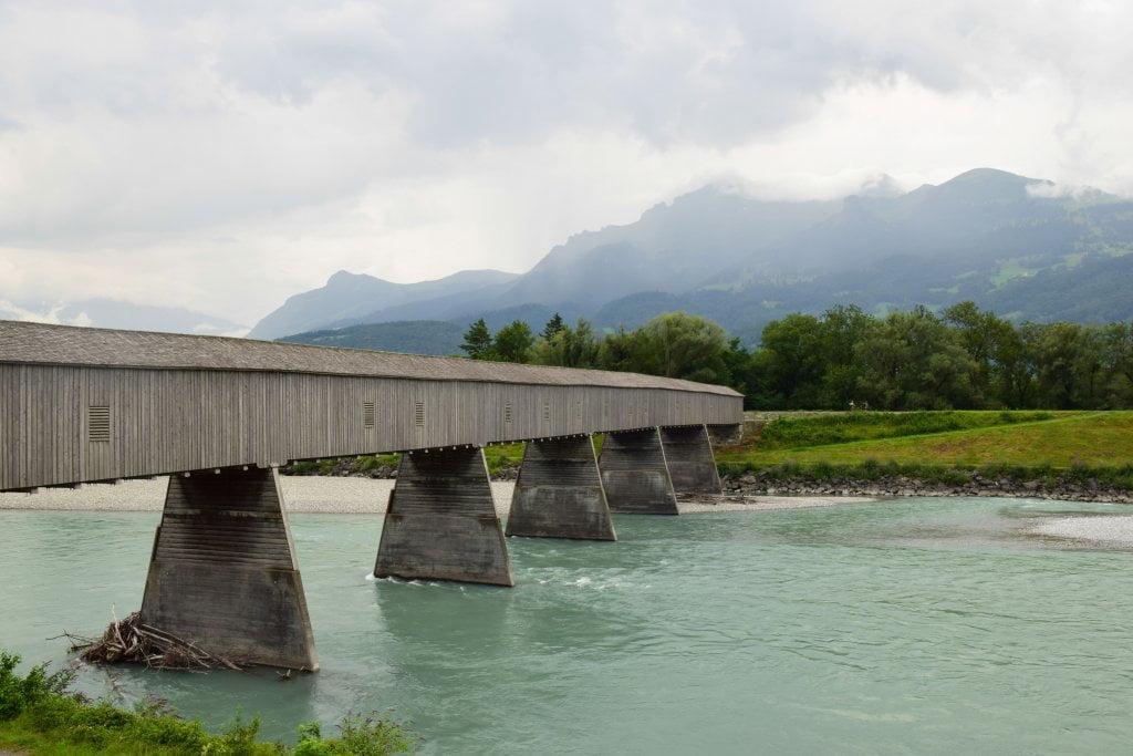 Cosa vai a fare in Liechtenstein? Il ponte che collega il principato con la Svizzera.