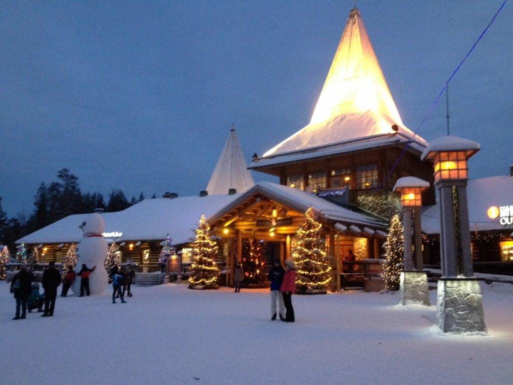 Lapponia finlandese in inverno: l'ingresso del Santa Claus Village di Rovaniemi.