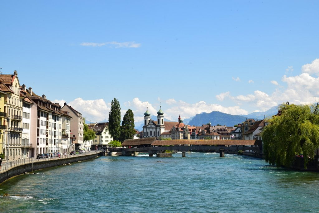 Le bellezze della Svizzera: il fiume Reuss che scorre in mezzo alla città.