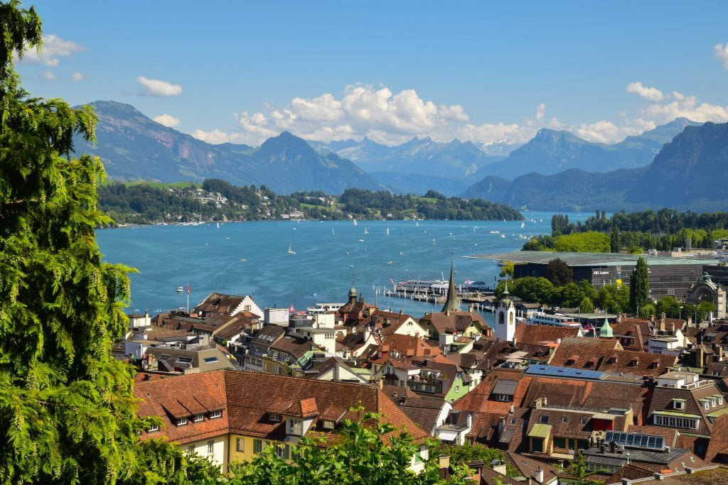 La vista di Lucerna dalle antiche mura della città: il centro, il lago, le montagne.