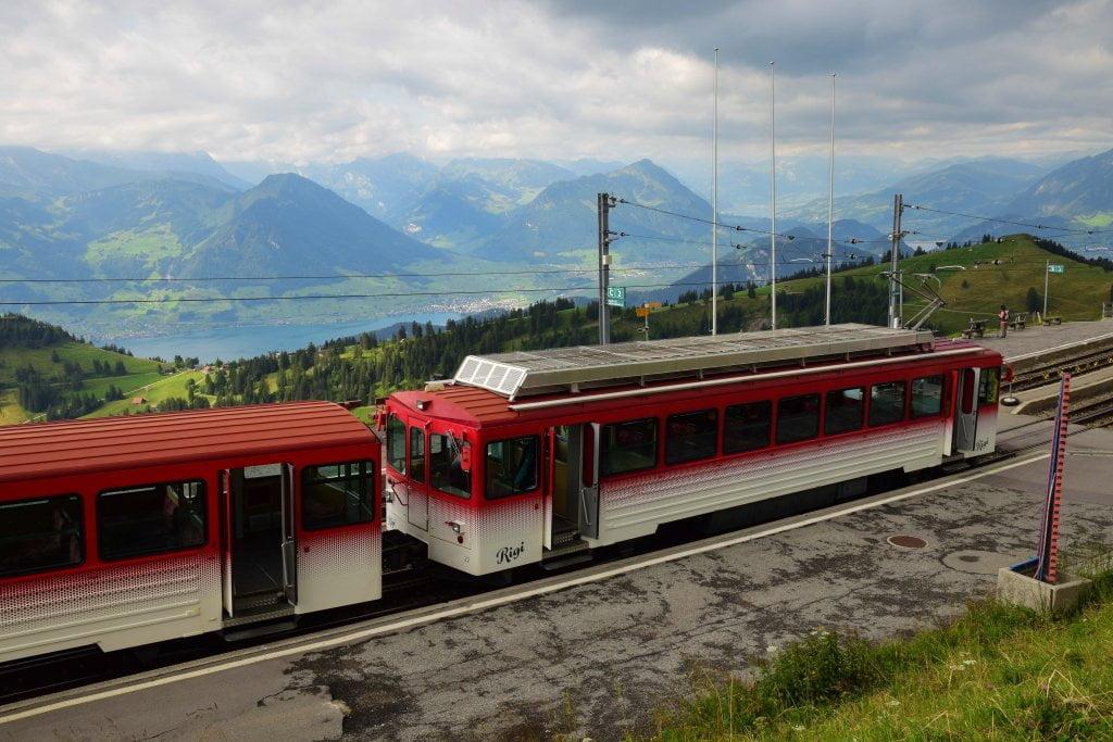 Le bellezze della Svizzera: il trenino che rosso che ci ha portati in cima al monte Rigi.