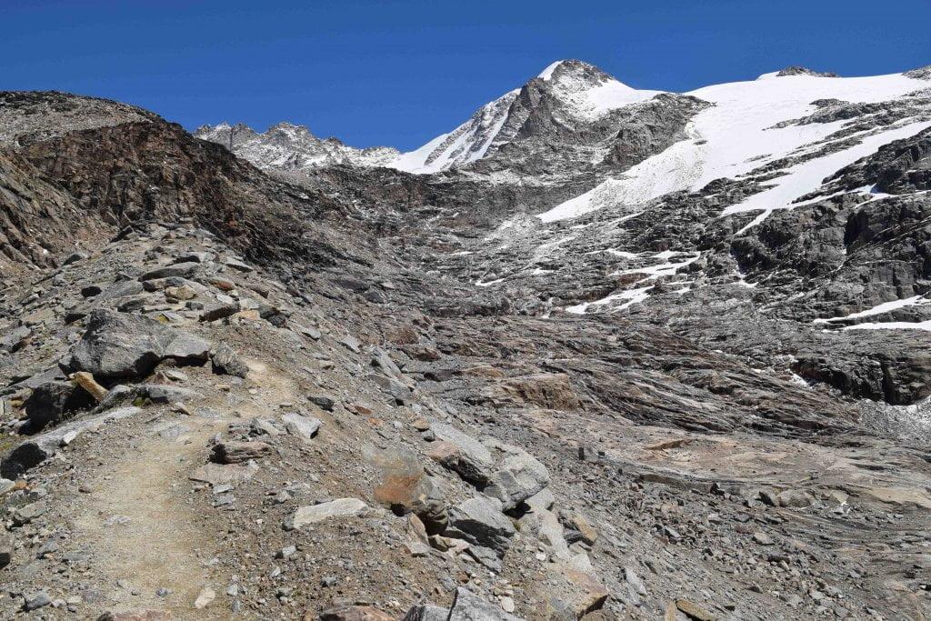 Il sentiero che porta verso il ghiacciaio del Gran Paradiso.