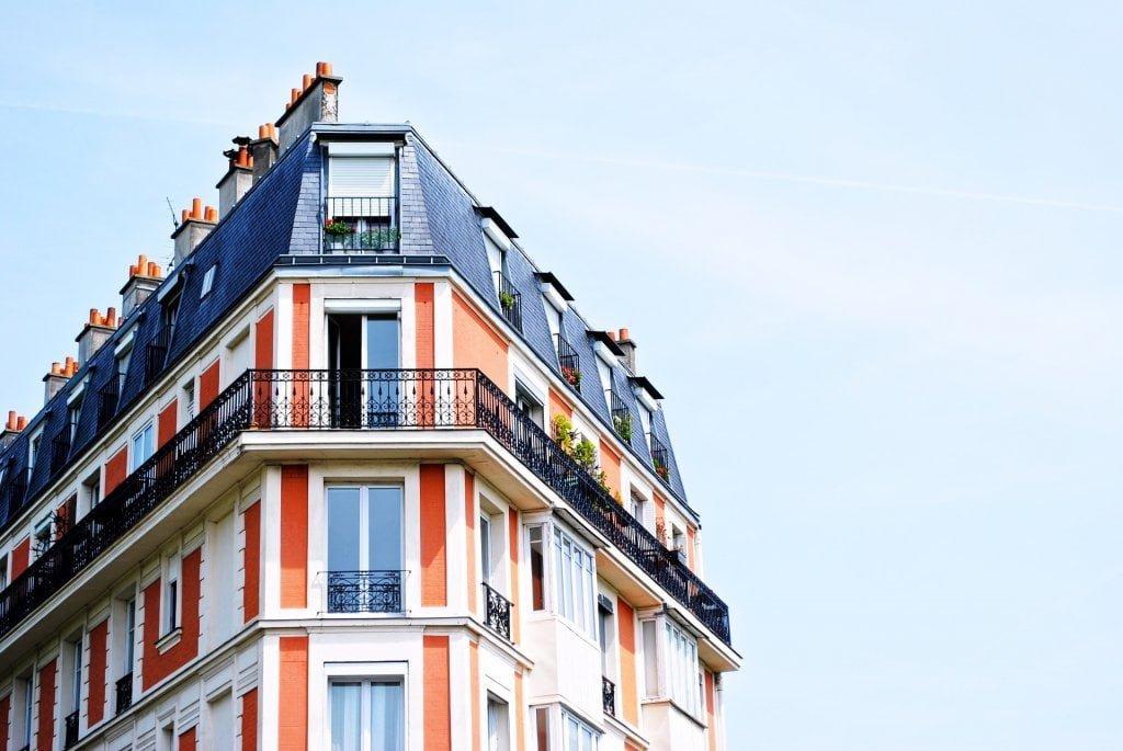 Portali per gli affitti brevi: un condominio rosso e bianco.