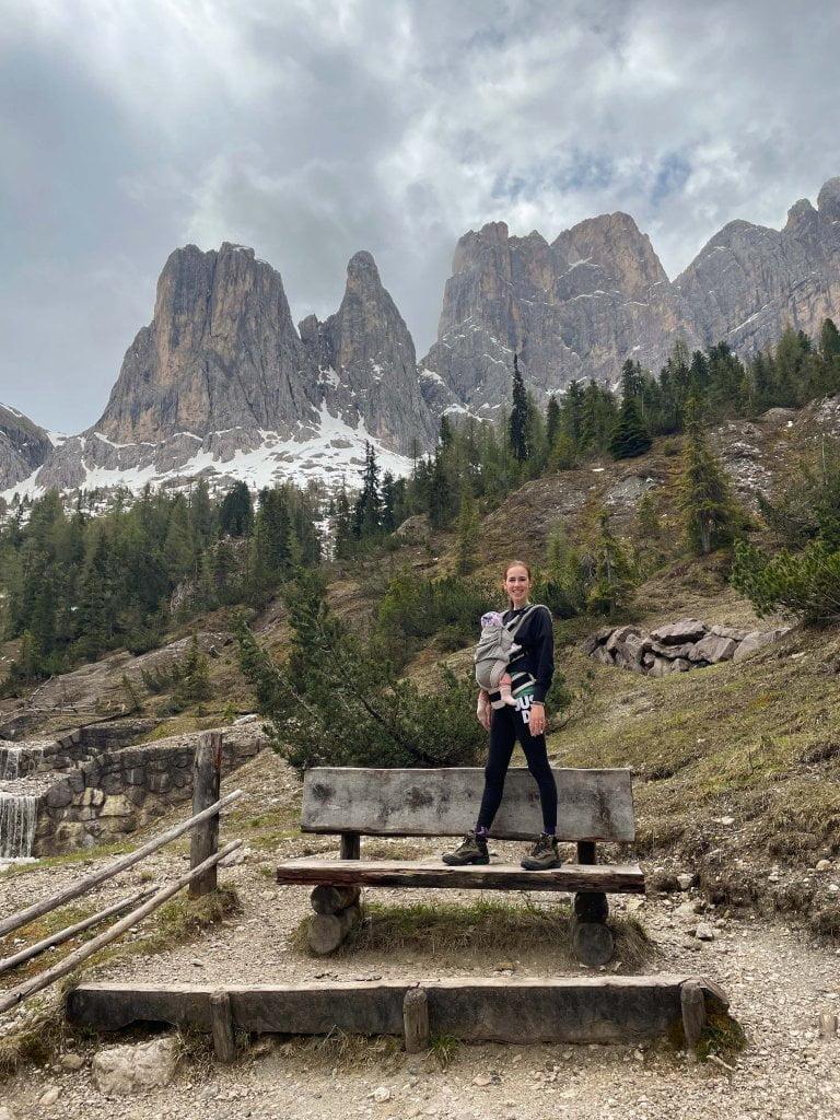 In montagna con neonati: su sentiero Adolf Munkel, le Odle sullo sfondo, io e Aria.