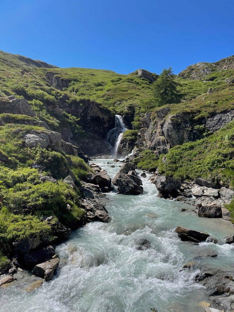Valle d'Aosta con bambini: alcune delle cascate lungo il sentiero che porta al Benevolo.